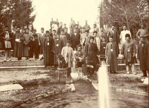 ارباب کیخسرو در پارک جمشیدیه (فرد نشسته ارباب جمشید مالک بوستان جمشیدیه)