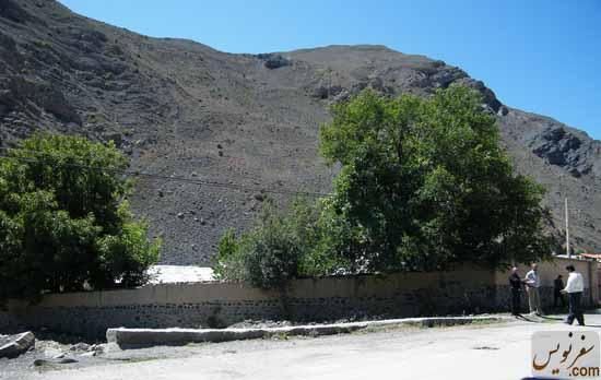 دیوار باقی مانده از خانه میرزا بزرگ نوری در سال 89