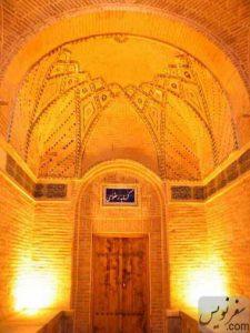 درب ورودی گرمابه رضوی در راسته وزیر کاروانسرای سعدالسلطنه