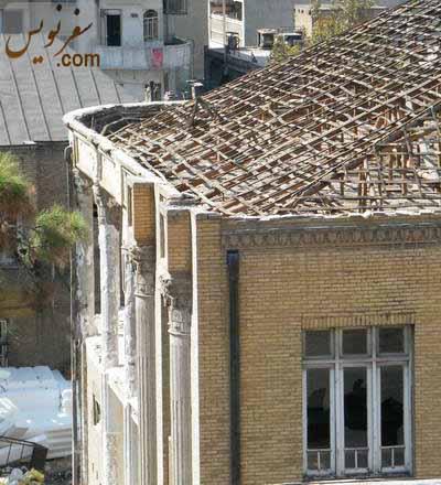 سرستونهای جنوبی خانه عامری ها (انجمن فرهنگی ایران و انگلیس) در حال تخریب