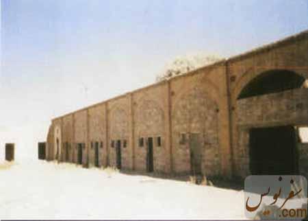 تصویری قدیمی از اتاقها و حجره های کاروانسرای ملک