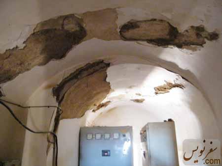 سقف در حال ریزش اتاق توزیع برق قلعه شوش