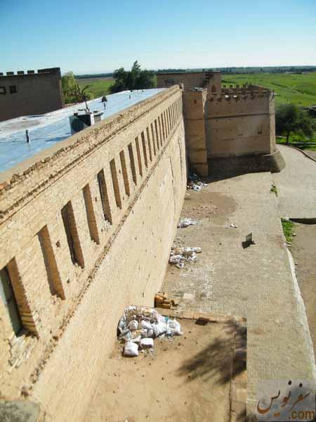 زباله های و نخاله های فراوان در پیرامون قلعه شوش