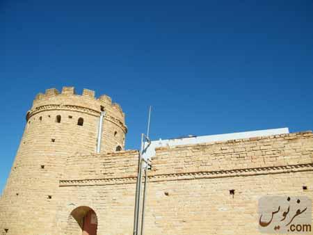 لوله هایی که از یک تانکر دیگر بر روی سقف قلعه شوش خبر می داد