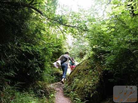 من و دخترم در پیمایش مسیر آبشار چلندر