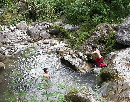 کودکان شناگر در حوضچه های آبشار چلندر