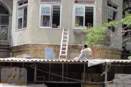 کارگری در حال مرمت (سیمان کاری) سردر ورودی گراند هتل