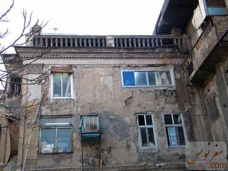 دیواره شرقی حیاط گراند هتل در حال تخریب