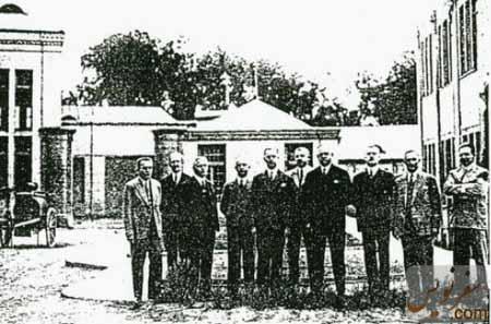 گرهارد هارتمن با متخصصین همکار آلمانی در قورخانه تهران