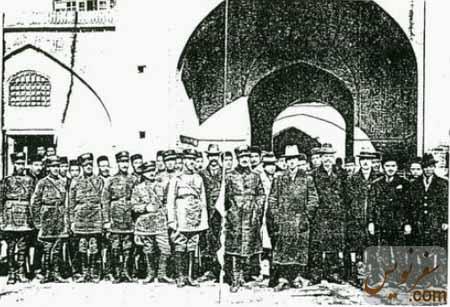 رضاشاه ، هارتمان و اسماعیل محمد خان با جمعی از نظامیان قورخانه تهران
