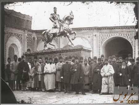 ناصرالدین شاه در کنار مجسمه خودش که در قورخانه ریخته گری شده بود