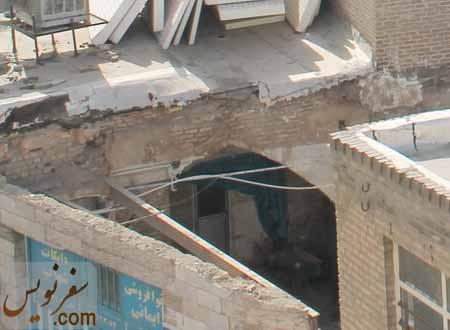 بنای تخریب شده کنار مسجد خود نیز عمارتی قجری است