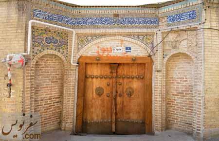 درب مسجد و کاشی کاری مزین به نام بانی مسجد «سعد الدوله حاج قنبر علی خان کرد مافی» در سال 1390