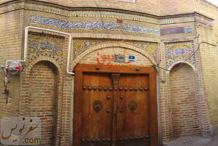 درب مسجد بدون نام و کاشی بانی مسجد قنبر علی خان در سال 1392