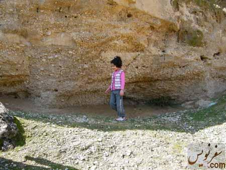 دخترم نرگس در حال پیمایش مسیر دره آبشار زیراه