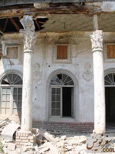 ستونهای خانه هرمز پیرنیا و جا چراغی های تعبیه شده در دیوار و قابهای خالی