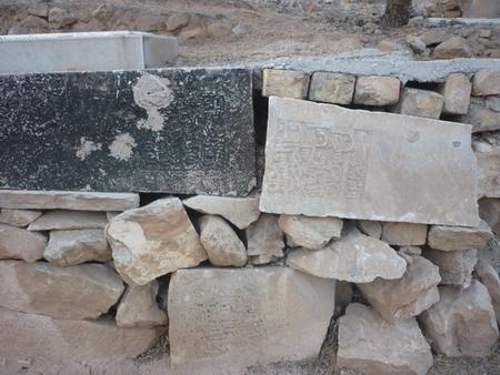 استفاده از سنگهای مزار گورستان امامزاده عقیل (سلطان کرم) به جای مصالح - عکس علیرضا صادقی