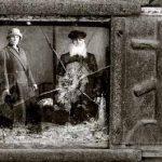 عکسی یادگار از چند نسل پیش بر روی سنگ مزار