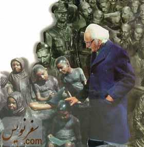 علی اکبر صنعتی در کنار آثارش در موزه 13آبان