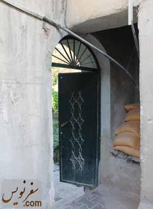 درب ورودی خانه صادق هدایت که از تخریب قسمتی از دویار پدید آمده