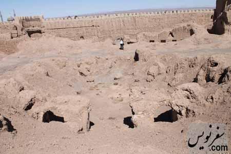 تلی از خاک در مرکز قلعه ارگ انار