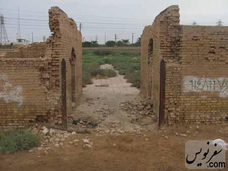 درب سرقت شده و دیوارهای تخریب شده آرامستان اهواز