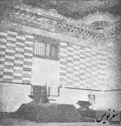تصویری از همان دو سنگ قبر بدون نام در سالهای دور در اتاقی آیینه کاری شده!