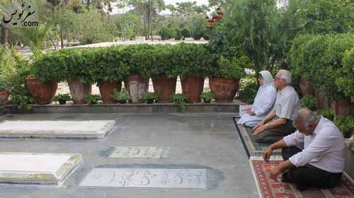 زائرینی در کمال آرامش در کنار مزارها