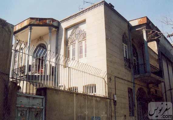 عکسی قدیمی از خانه تاریخی ماوثاله (کوچه جمالی) با درب چوبی