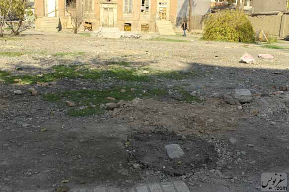 نصب پایه های بتونی برای محصور کردن فضای پیرامون خانه ظهیرالسلام (عکس امیر معماری 94/9/3)