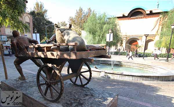 مجسمه مرد باربر در خیابان ناصرخسرو و روبروی کاخ گلستان