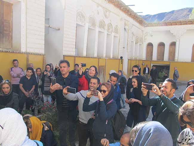 حضور علاقمندان و افراد محلی در زمان بریدن کیک زادروز استاد نیما یوشیج
