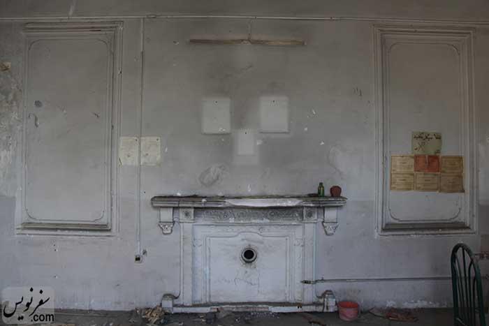 شومینه و پیش بخاری یکی از اتاق های خانه سپهبد امیراحمدی