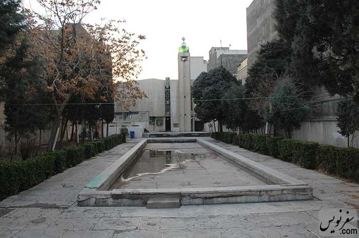 حیاط روبروی مسجد و آرامگاه سپهبد امیراحمدی