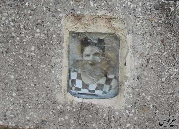 تصویری از آرامگاه امیلیا استلماخ بر روی سنگ مزارش