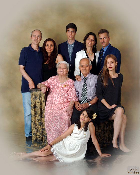 خانواده هلن استلماخ؛ ایستاده از راست، رامین، همسر و فرزندش، رضا  و همسرش. نشسته از راست؛ دختر رضا، محمدعلی نیکپور و هلن استلماخ سال 1394