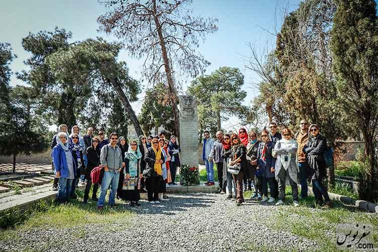جمعی از اهداء کنندگان گل در آرامستان لهستانی های شهر تهران