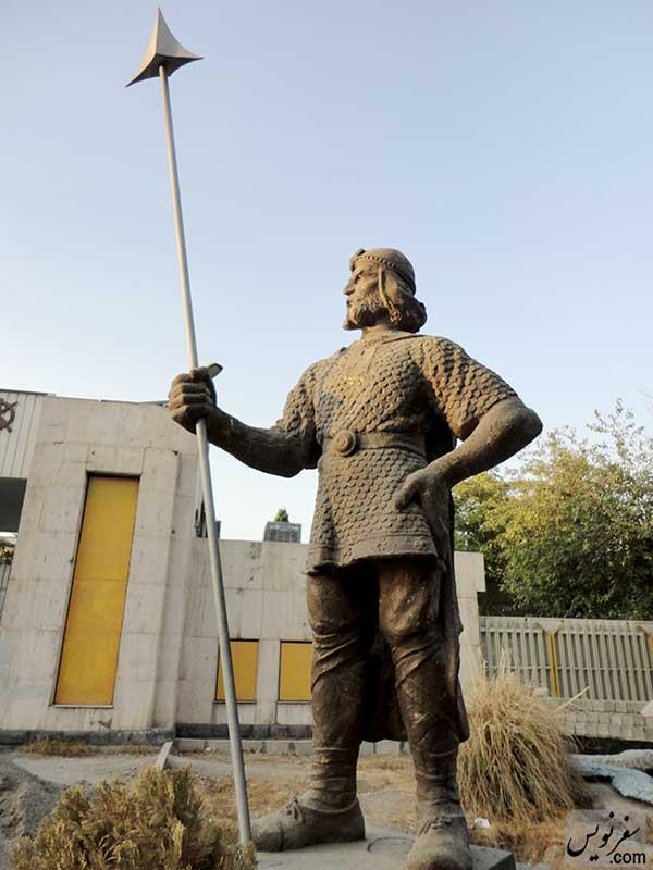 مجسمه سرباز هخامنشی حسن ارژنگ نژاد خیابان پیروزی