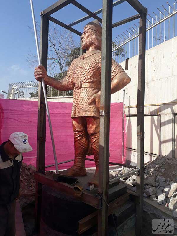 مجسمه سرباز هخامنشی در حصر برای انتقال از تهران