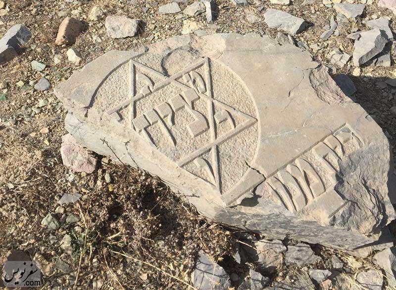 سنگ مزاری ویران در گورستان تاریخی گیلیارد