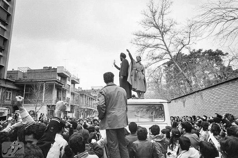 اعتراض شیده رحمانی در اسفند 57 درباره حجاب اجباری، روی سقف مینی بوس در خیابان