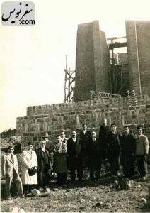 اصغر فیاض شهردار لاهیجان و غفور گنجه ای در زمان ساخت آرامگاه کاشف السلطنه