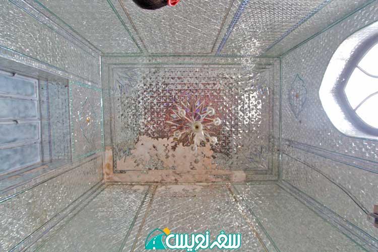 آیینه کاری در حال تخریب داخل یکی از حجره های آرامگاه خواجه ربیع
