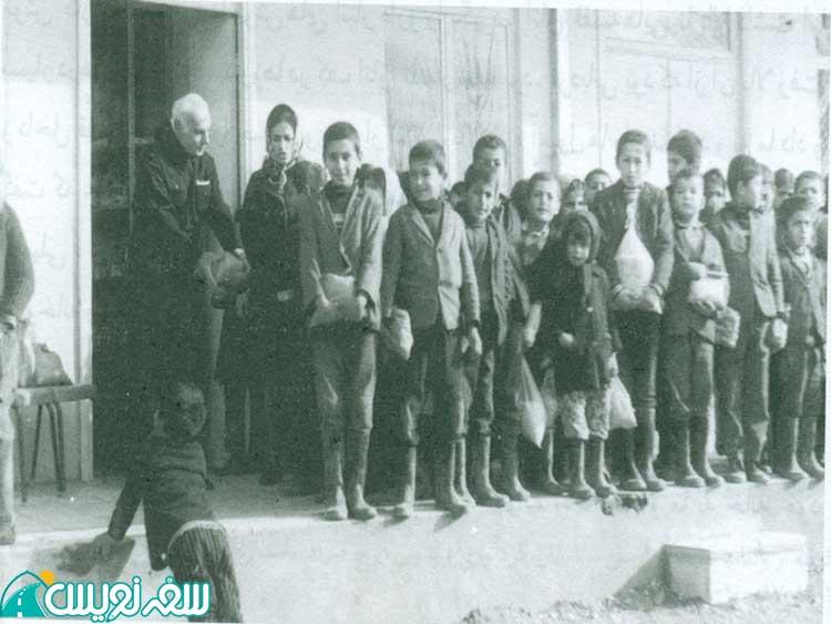 آرسن میناسیان در حیاط مدرسه مگردیج آ هوردانانیان رشت