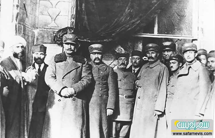 امیرلشگر محمود انصاری ملقب به امیراقتدار در کنار سردارسپه