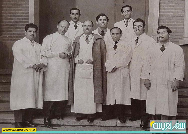 دکتر چهرازی در کنار دکتر حکیمی و دکتر صبا و سایر دستیاران بخش اعصاب و روان بیمارستان هزار تختخوابی